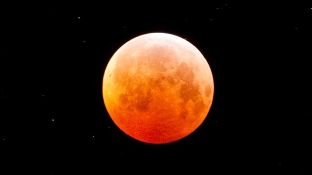 Lunar Eclipse 2011: Moon Gets Completely Consumed by Earth's Shadow