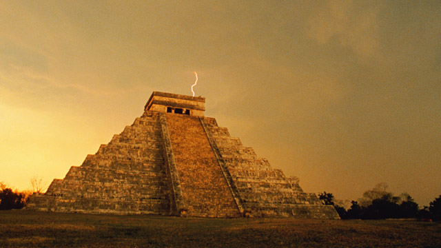 PHOTO: Lightning bolt over Mayan pyramid