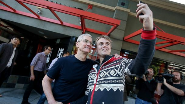 gty tim cook apple store customer jc 140919 16x9 608 Apple CEO Tim Cook Surprises Fans Waiting in Line for iPhone 6