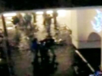 VIDEO: A Dubai malls shark tank springs a leak, causing many shoppers to flee.