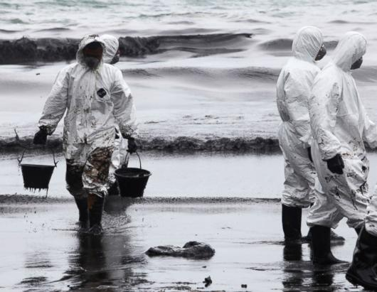 Oil Spill Turns Thai Beach Black