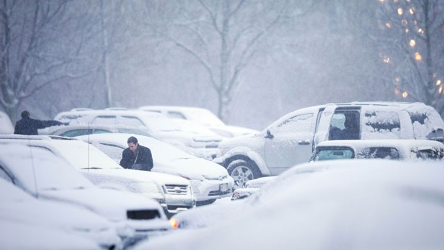PHOTO: Drivers clean their vehicles of snow before leaving on their drive home during the evening commute, Dec. 20, 2012 in Omaha, Neb.