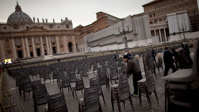 Tourists Flock to Vatican City for Pope's Final Days
