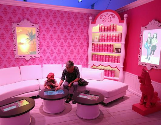 barbie 39 s dream house the experience picture life sized barbie dreamhouse opens in berlin. Black Bedroom Furniture Sets. Home Design Ideas
