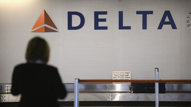 PHOTO: A passenger waits for her luggage in the Delta baggage claim at O'Hare International Airport, Oct. 24, 2012 in Chicago.