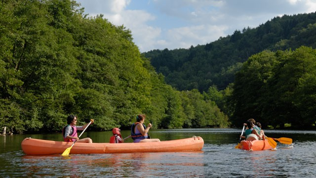 PHOTO: A family take a trip canoeing.