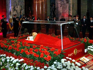 Corpse of Kim Jong-Il Becomes Tourist Attraction