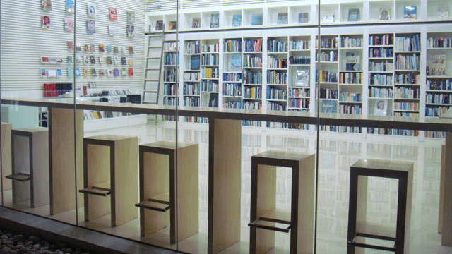 PHOTO: This ultra-modern resort has Macintosh computers in every room and an extensive library of books and DVDs.