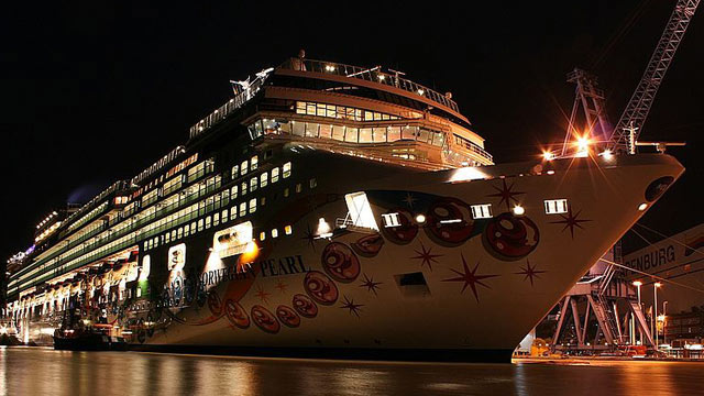 PHOTO: The Norwegian Pearl in Papenburg, Emsland, Germany, November 2006.