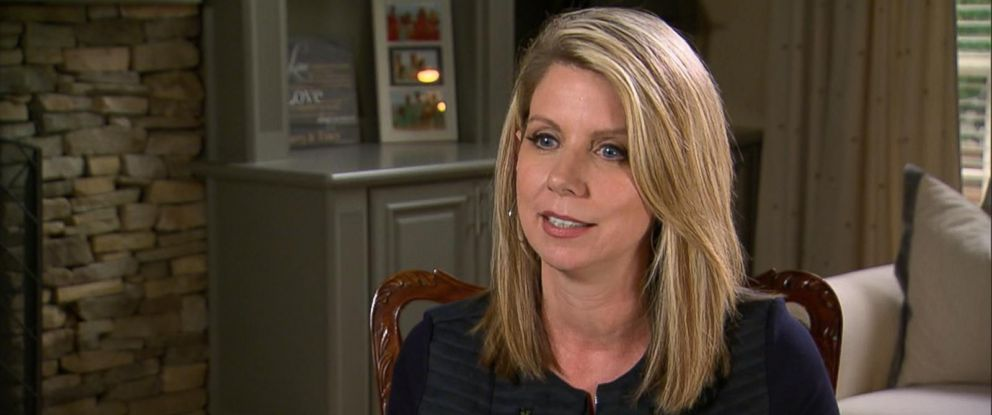 PHOTO: Tracy Smith discusses the compensation she received from Delta Airlines after giving up her seat on an overbooked flight in an interview with ABC News.