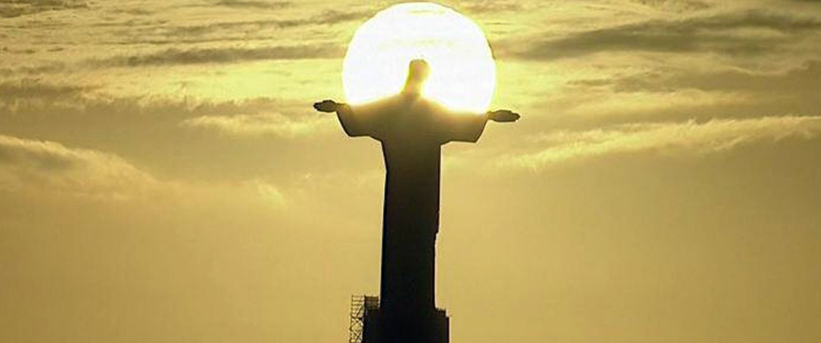 PHOTO: The sun sets behind the Christ the Redeemer statue in Rio de Janiero, July 13, 2014.