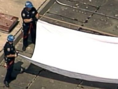 PHOTO: The NYPD take down white flags that appeared over the Brooklyn Bridge on July 22, 2014.