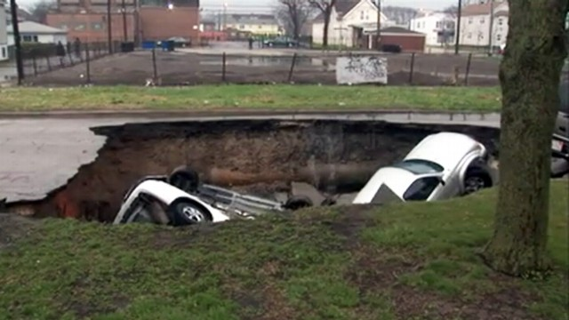 Video: Chicago Sinkhole Swallows 3 Cars