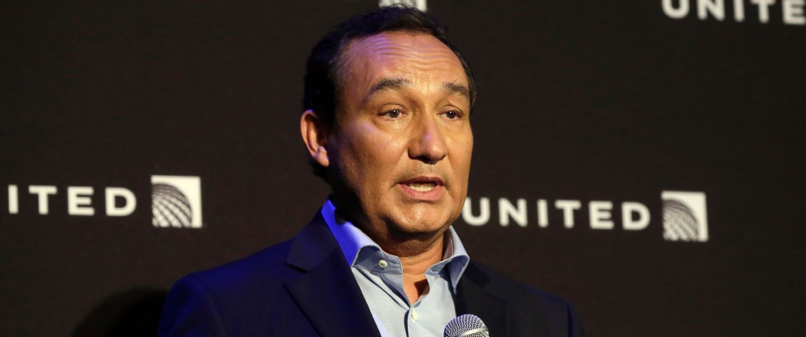 PHOTO: United Airlines CEO Oscar Munoz delivers remarks in New York, during a presentation of the carriers new Polaris service, June 6, 2016.