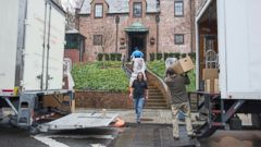 PHOTO: Movers, under the supervision of White House ushers, move President Barack Obamas familys belongings into their rented house in the Kalorama neighborhood of Washington, Jan. 17, 2017.