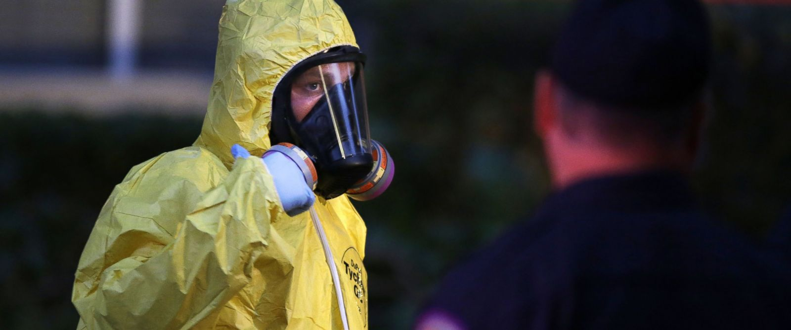 PHOTO: A hazmat worker finishes cleaning outside the apartment building of a hospital worker, Oct. 12, 2014, in Dallas.
