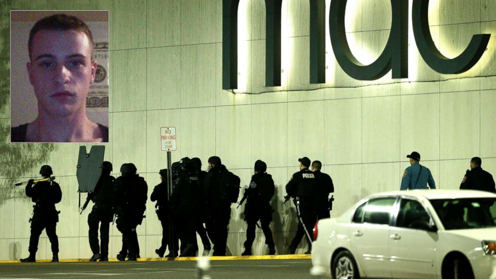 PHOTO: Officials wearing tactical gear walk outside of Garden State Plaza Mall following reports of a shooter, Nov. 4, 2013, in Paramus, N.J.
