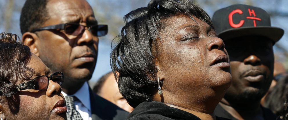 PHOTO: Rolonda Byrd, who says she is the mother of shooting victim Akiel Denkins, cries during a news conference near the scene of the shooting in Raleigh, N.C., March 1, 2016.