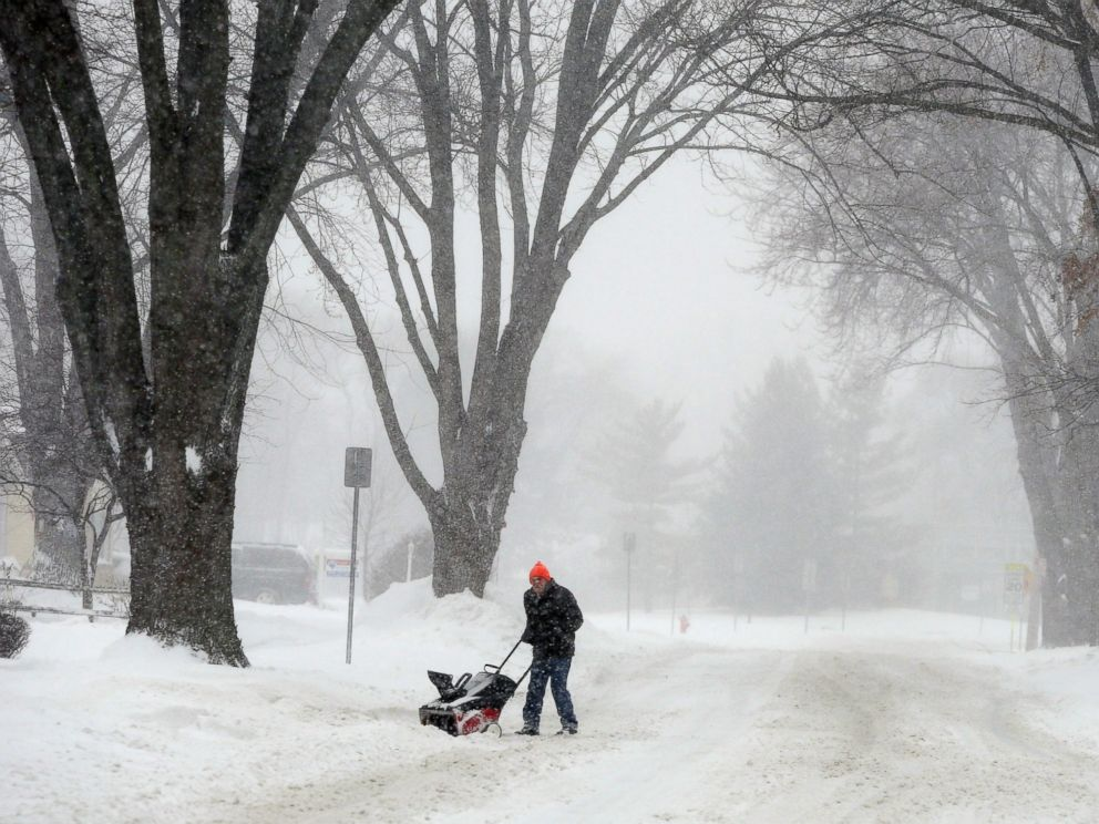PHOTO: Dan Croker clears his driveway with a snowblower along Noel Drive in Mundelein, Ill., Feb. 1, 2015.