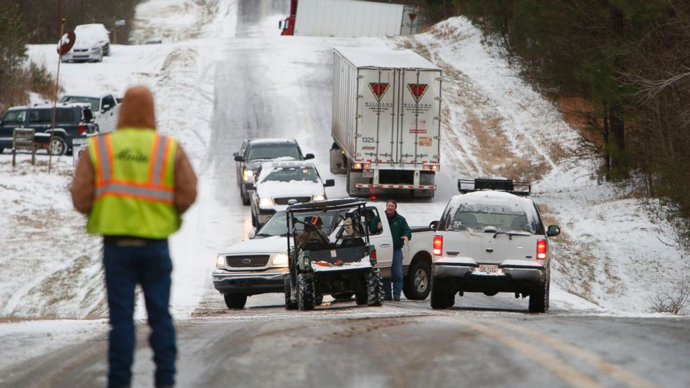 PHOTO: People work to clear stranded vehicles on County Road 25 in Wilsonville, Ala., Jan. 28, 2014.