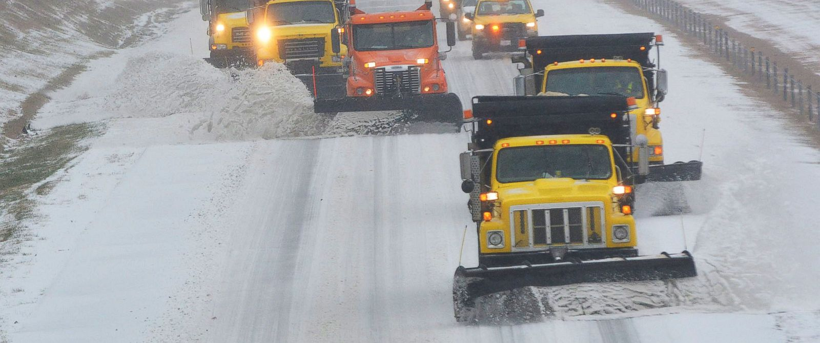 PHOTO: With road conditions getting worse, snow plows and traffic make their way south along Interstate 40 in Durham and Orange county in N.C., Jan. 22, 2016.
