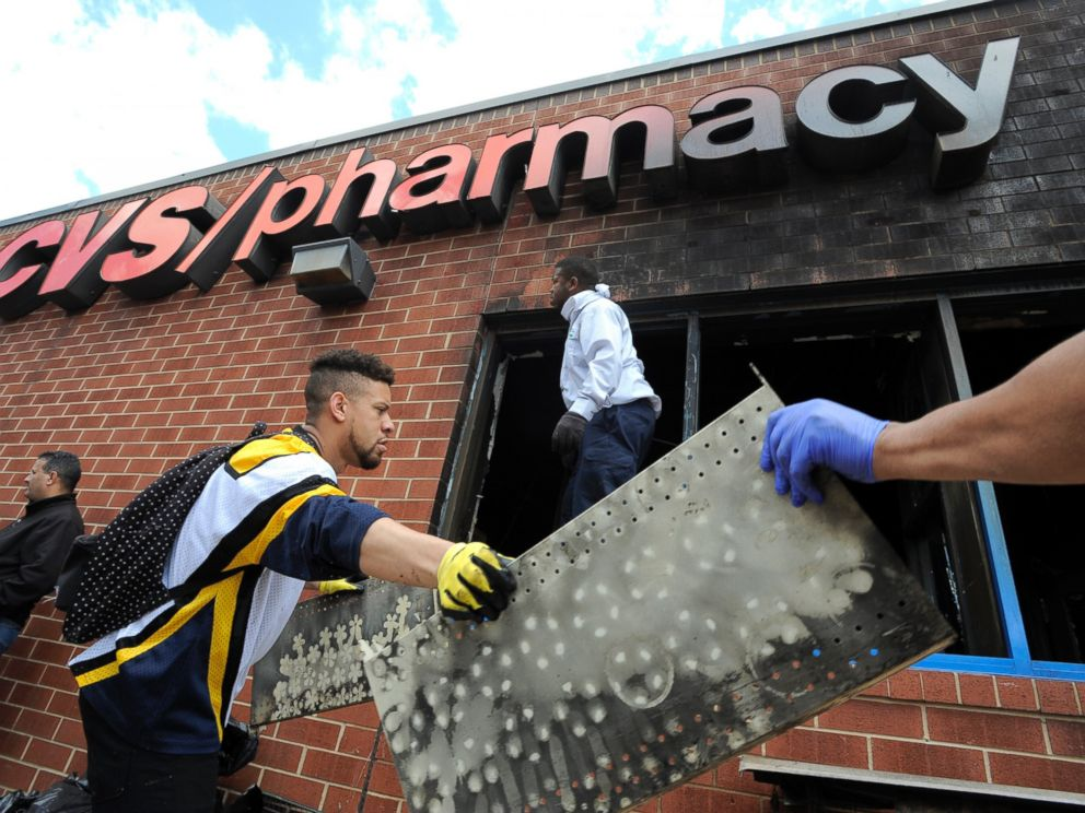 PHOTO: Volunteers work to help clear out the debris from a CVS in Baltimore, April 28, 2015.