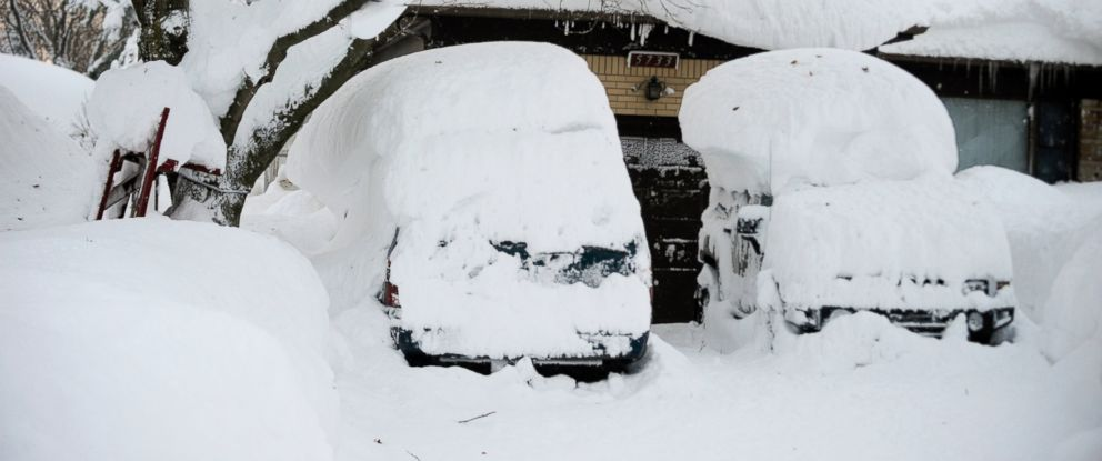 PHOTO: Cars with snow atop the roofs sit idle at a home in Lancaster, New York, Nov. 19, 2014.