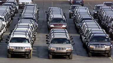 PHOTO: Rows of Jeep Grand Cherokees