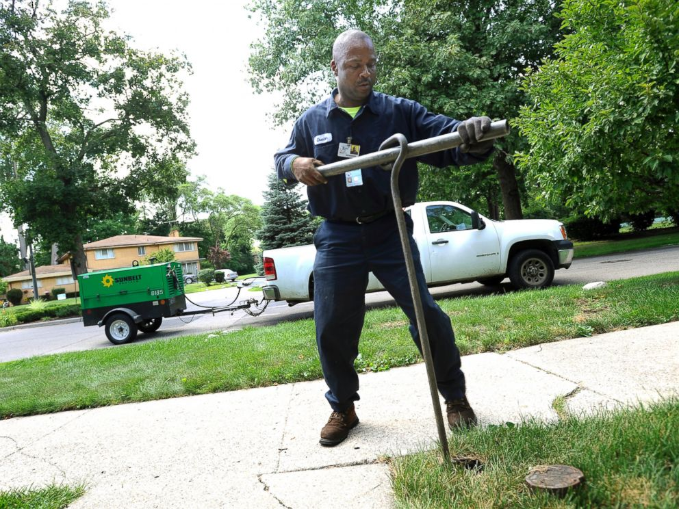 PHOTO: In this July 8, 2014 file photo, Chester Clemons, a water shut-off technician for the city of Detroit, shuts off the water at a home in the Palmer Woods neighborhood of Detroit.