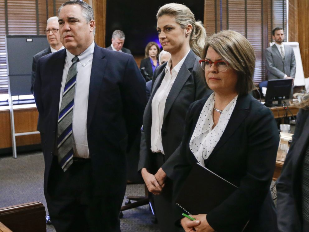 PHOTO:Erin Andrews, center, stands with attorney Scott Carr, left, as the jury enters the courtroom, March 7, 2016, in Nashville, Tenn.