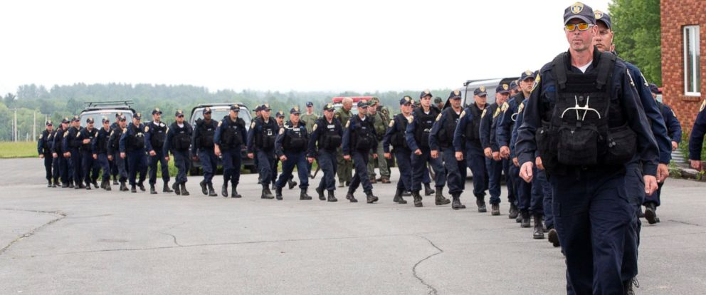 PHOTO: Dozens of corrections officers march off to the woods near the Clinton Correctional Facility, June 16, 2015, in Dannemora, N.Y.