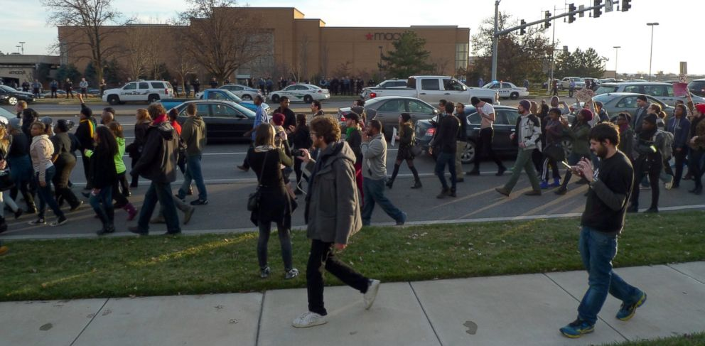 PHOTO: Protesters march past West County Mall, Nov. 28, 2014, in Des Peres, Mo.