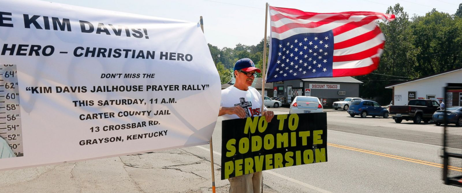 PHOTO: Ken Scott, from Denver, stands in support of Rowan County Clerk Kim Davis, outside the Carter County Detention Center, Sept. 5, 2015, in Grayson, Ky.
