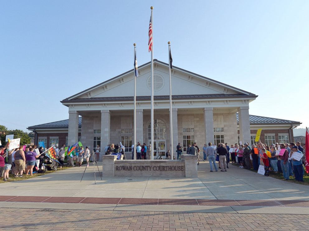 PHOTO: A gathering of same sex marriage supporters, left, and supporters of Rowan County Clerk Kim Davis, right, face off in front of the Rowan County Courthouse, Sept. 1, 2015, in Morehead, Ky.