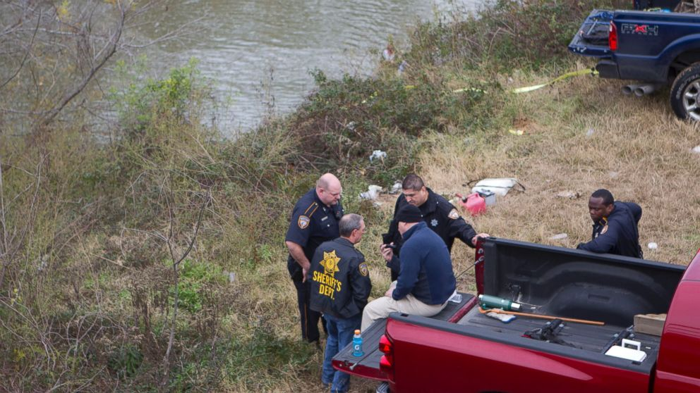 PHOTO: Deputies with the Harris County Sheriff Department search a wooded area along Cypress Creek, Dec. 28, 2013, for Melissa Rene Sowders, 26.