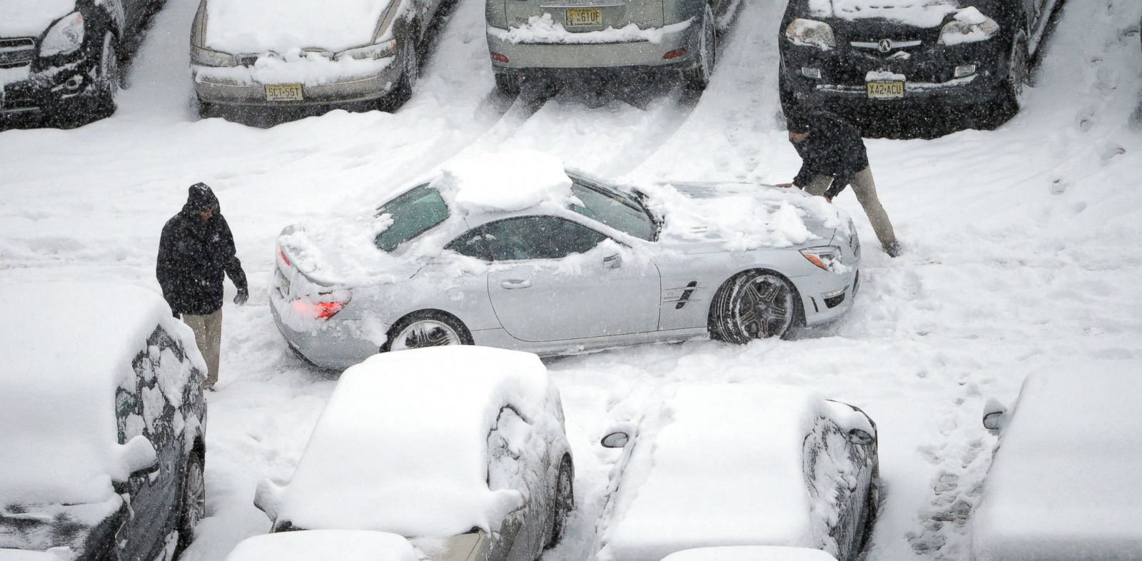 PHOTO: Snow-covered cars occupy a parking lot at Lincoln Financial Field, Sunday, Dec. 8, 2013, in Philadelphia.
