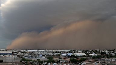 PHOTO: A dust storm moves through Phoenix