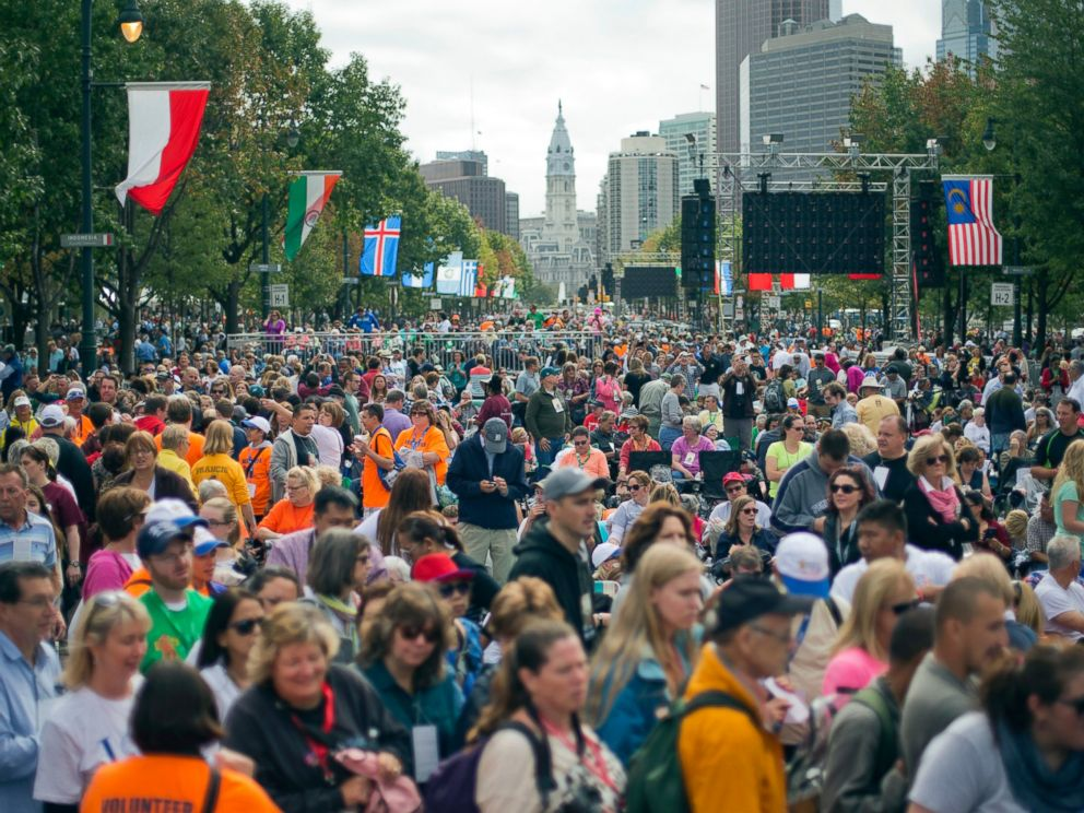 PHOTO: People begin to fill up the Benjamin Franklin Parkway for a Papal Mass in Philadelphia, Sept. 27, 2015.