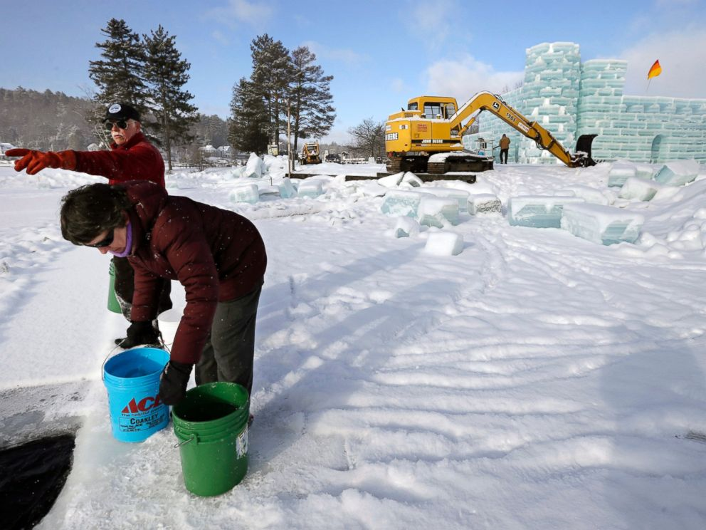 PHOTO: Dean Baker and Marilynn Baker fill buckets with water and ice