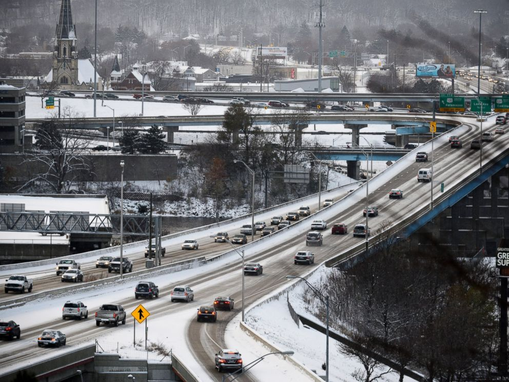 PHOTO: Drivers cautiously make their way along I-196 at the end of the work day in downtown Grand Rapids, Mich., Nov. 17, 2014.