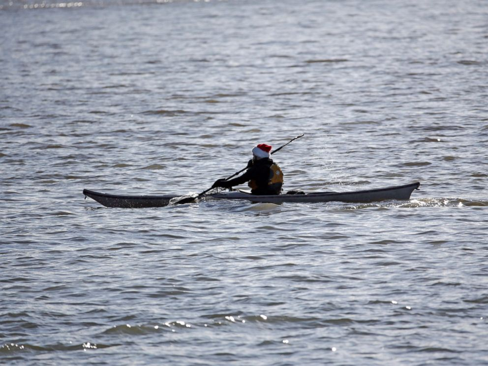 PHOTO: Taking advantage of the unseasonable weather, a kayaker paddles along the Buffalo River, Dec. 24, 2015, in Buffalo, N.Y.