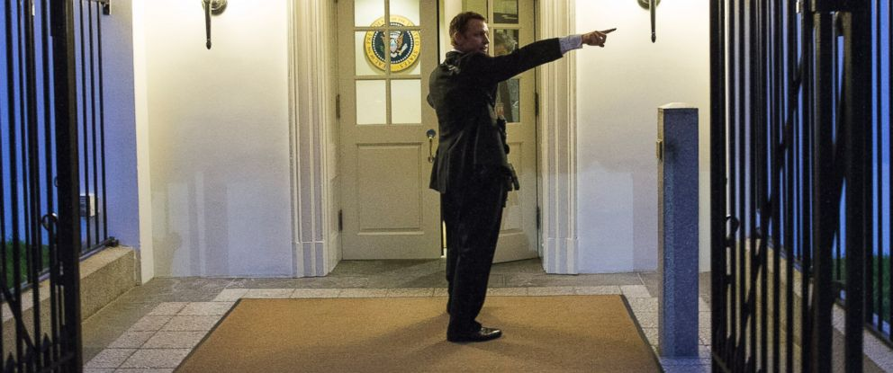 PHOTO: A Secret Service agent gives directions during an evacuation from the White House minutes after President Barack Obama departed for Camp David aboard Marine One, Sept. 19, 2014, in Washington.
