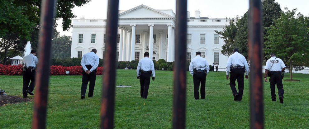 PHOTO: Uniformed Secret Service officers walk along the lawn on the North side of the White House in Washington, Sept. 20, 2014.