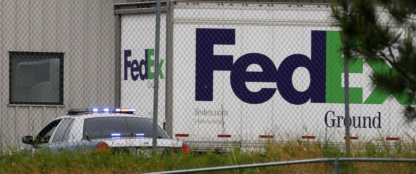 PHOTO: Law enforcement officers respond to a workplace shooting at a FedEx facility in Kennesaw, Ga. on April 29, 2014.