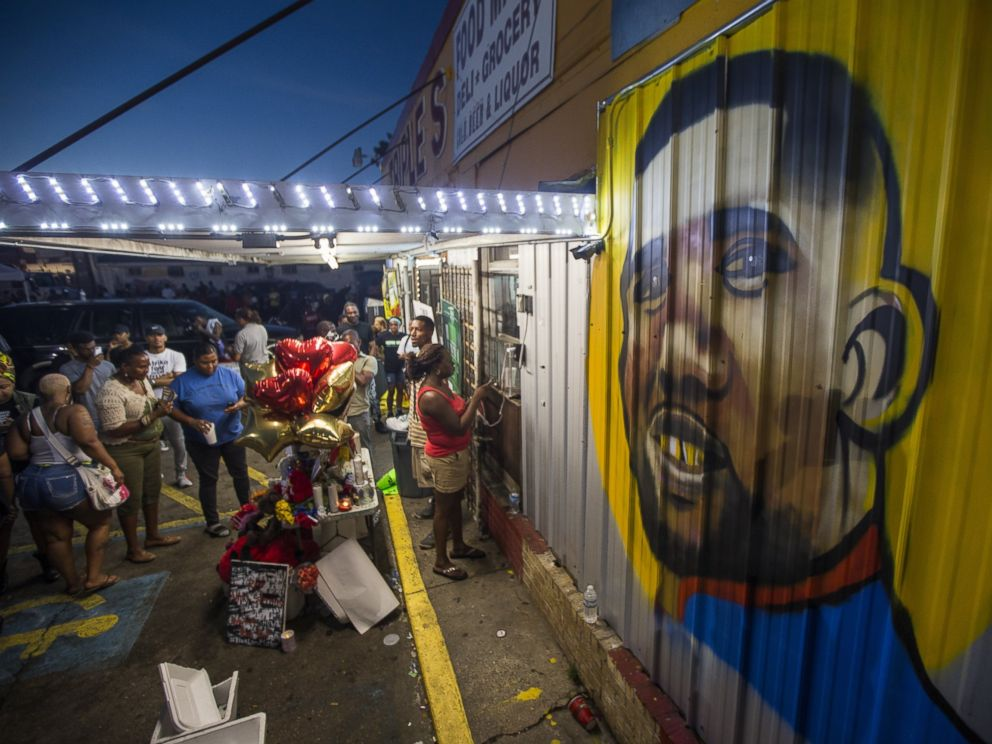 PHOTO: Protesters gather in front of a mural painted on the wall of the convenience store where Alton Sterling was shot and killed, July 6, 2016 in Baton Rouge, Louisiana.