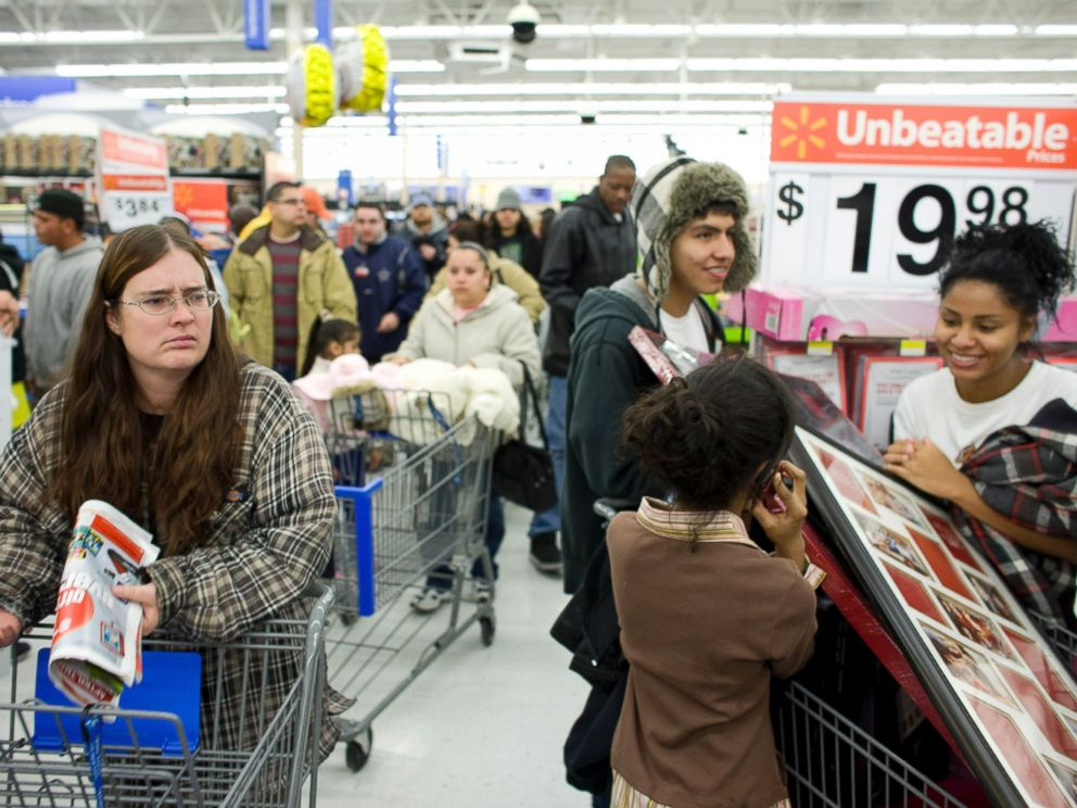 PHOTO: Shoppers crowd a Wal-Mart Supercenter on Nov. 27, 2009 in Denver.
