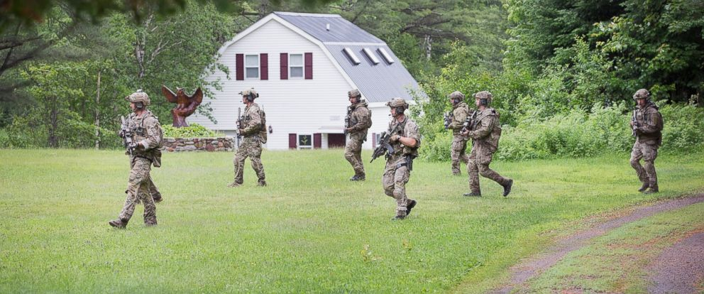 PHOTO: FBI agents conduct a search for convicted murderer David Sweat on June 28, 2015 near Duane, N.Y.