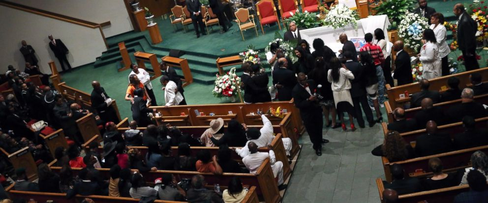 PHOTO: Freddie Grays family pays its last respects while standing at his casket during his funeral at the New Shiloh Baptist Church during his funeral in Baltimore, April 27, 2015.