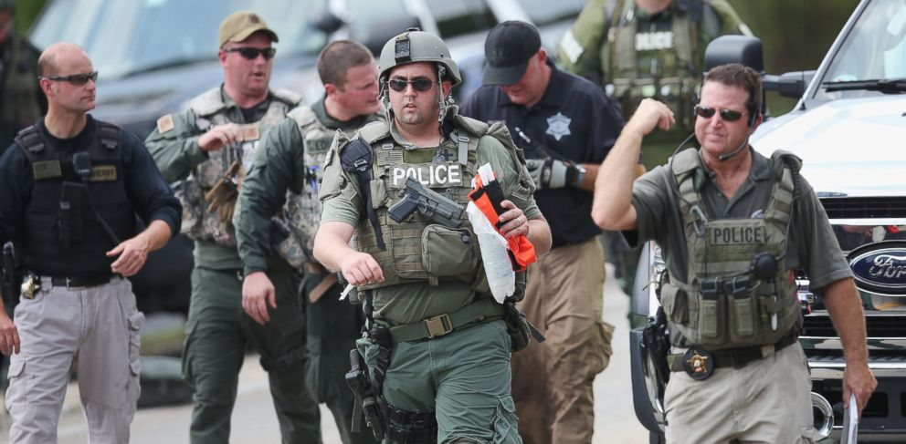 PHOTO: Police officers search an area for suspects involved in shooting an officer Sept. 1, 2015 in Fox Lake, Ill.