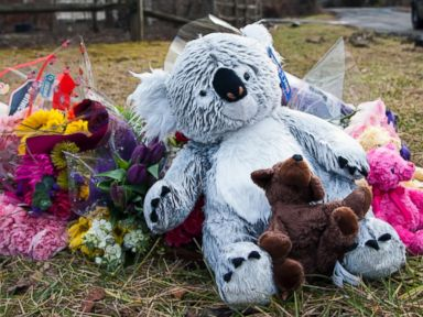 PHOTO: A makeshift memorial at the intersection of Childs Point Road and Eaton Landing Drive forms for Don and Sandy Pyle and their four grandchildren, who are believed to have died in their mansion fire a week ago, Jan. 25, 2015, in Annapolis, Md.